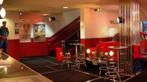 Cadillac und Veranda Kino